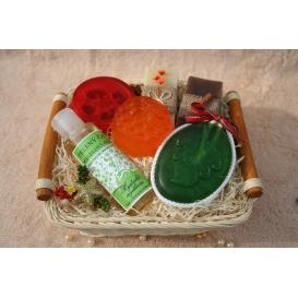 Olivové mydlá Natural a Škorica & Glycerínové mydlá & Mandľový olej v košíku