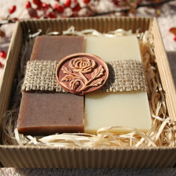 Olivové mydlá Natural a Škorica-peeling v krabičke