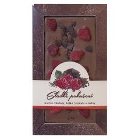 Mliečna čokoláda s kúskami horkej čokolády a malín
